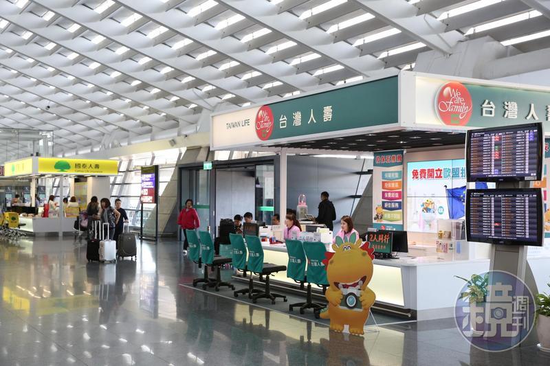 幾乎每月都要坐飛機的唐從聖,每到機場一定會再加保高額旅平險。