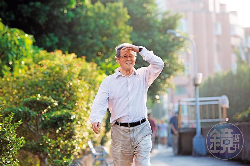 85歲的小說家黃春明與人書信往來自稱「老朽」,但他日日於河邊健走2公里,老當益壯,頗有枯木逢春的勢態。