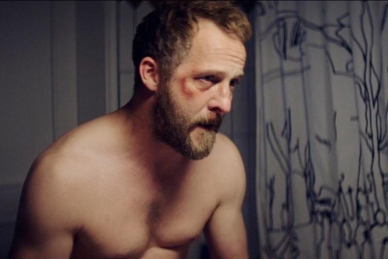 馬西米利安柏克納在新片《風暴過後》飾演目睹妻子被強暴的男老師。(海鵬提供)