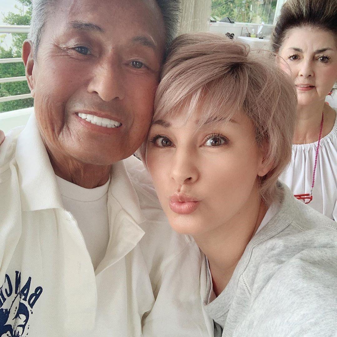 梅宮辰夫(左)的女兒梅宮安娜(中)常在社群網站分享一家合照,感情和睦。(翻攝自梅宮辰夫IG)