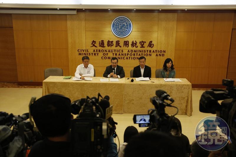 遠東航空副總黃育祺(右二)、發言人盧紀融(右一)向社會大眾致歉。