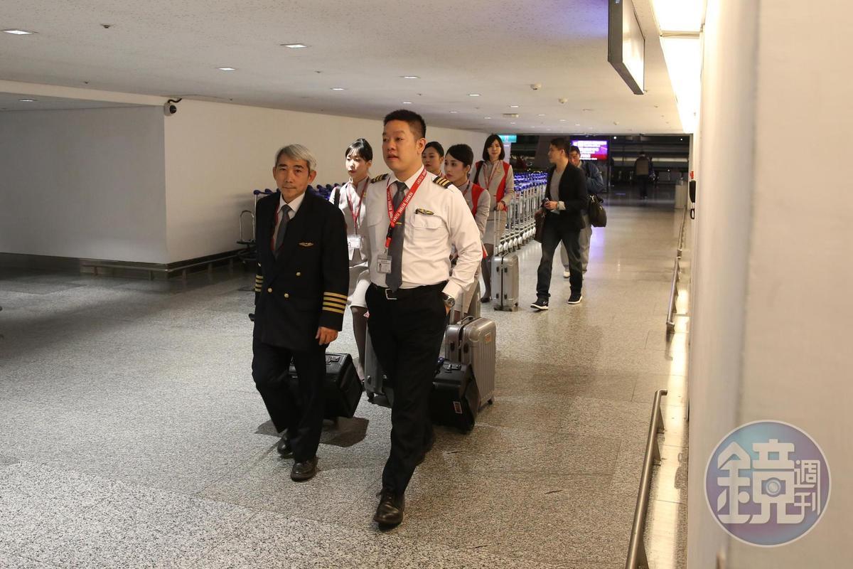 遠航機師、副機師空服員陸續走出,一行人彼此並未交談,臉上也看不出太多表情。