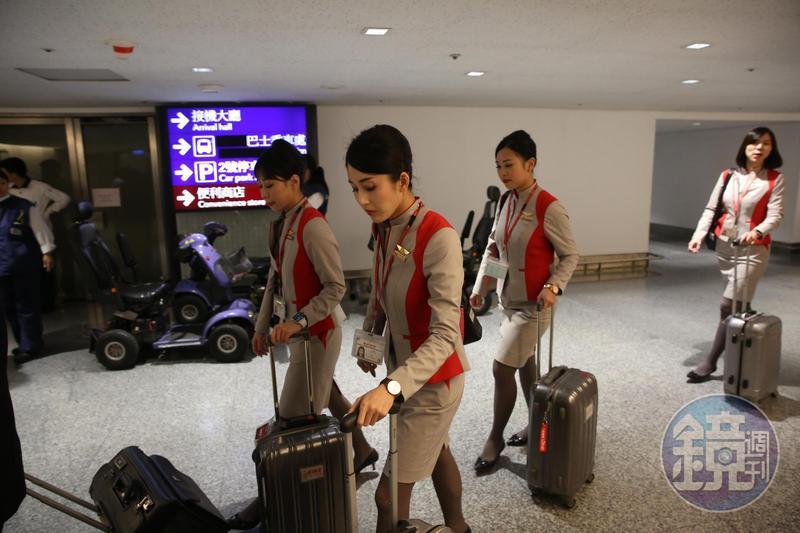 遠航最後一班飛機深夜抵台,機組人員一行黯然離開。