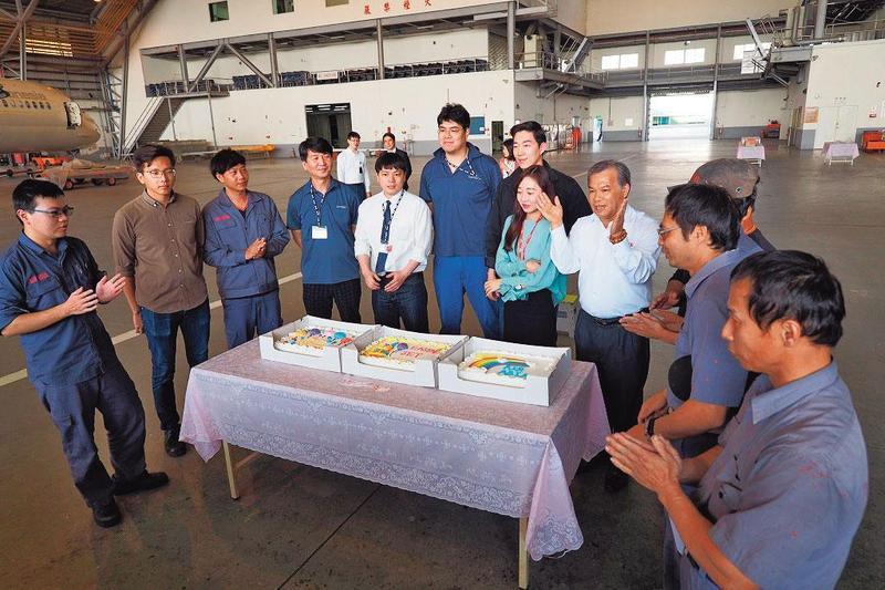 盧天麟(右4)與員工慶生,表現親民,卻也遭爆惡意開除及資遣員工。(翻攝亞航官網)