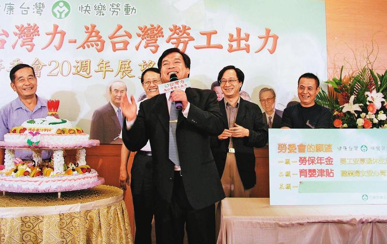 盧天麟(前)是扁政府最後一任勞委會主委,卻被亞航員工指控侵害勞工權益。(中央社)