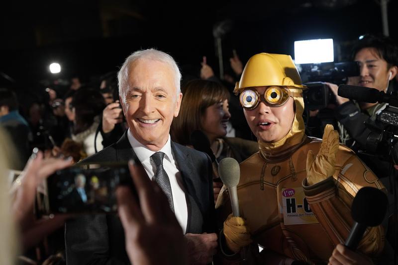 安東尼丹尼爾斯在星戰全系列電影(九部曲)都有親自演出,紅毯上他更與現身於會場的C-3PO合照互動。(迪士尼提供)