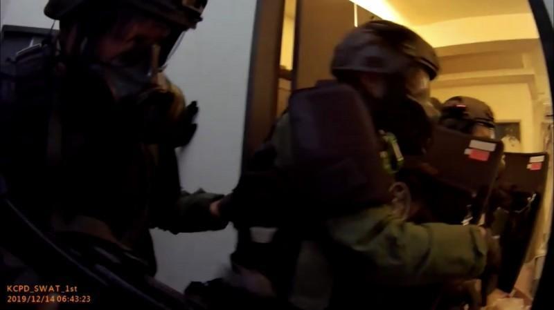 警方攻堅吳嫌藏匿的套房,將身中2槍的他逮捕後送醫。(翻攝畫面)