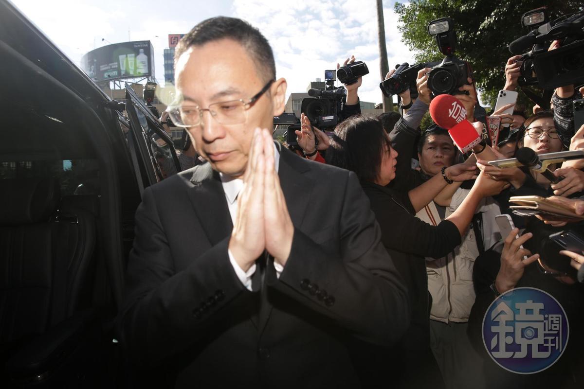 浙江衛視總監最後雙手合十向媒體致意後離開。