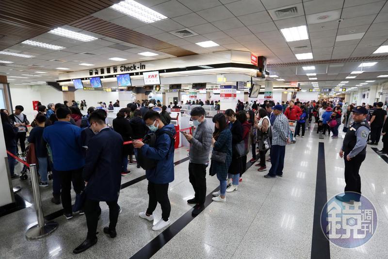 遠航無預警停飛,購票民眾大排長龍退票對遠航已信心全無。