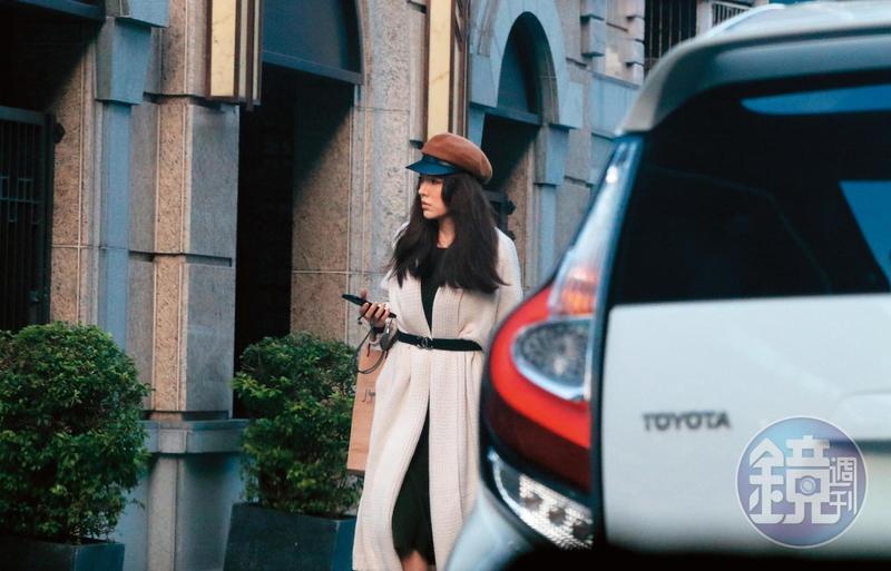 12/11 15:38,本刊目擊年早已結婚的許瑋甯,已搬入距離她舊家不遠、要價5,500萬元的中正區新宅。