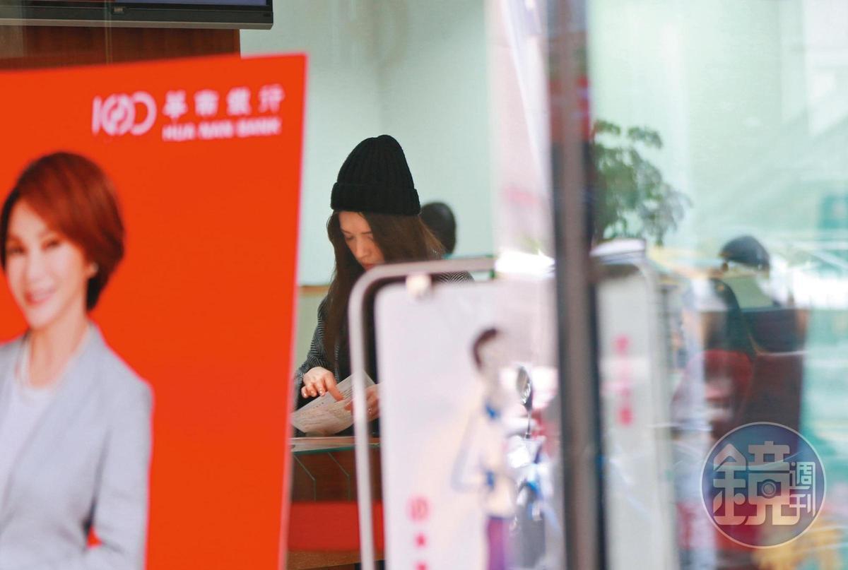 15:06,許瑋甯一路步行至附近華南銀行的分行辦事。