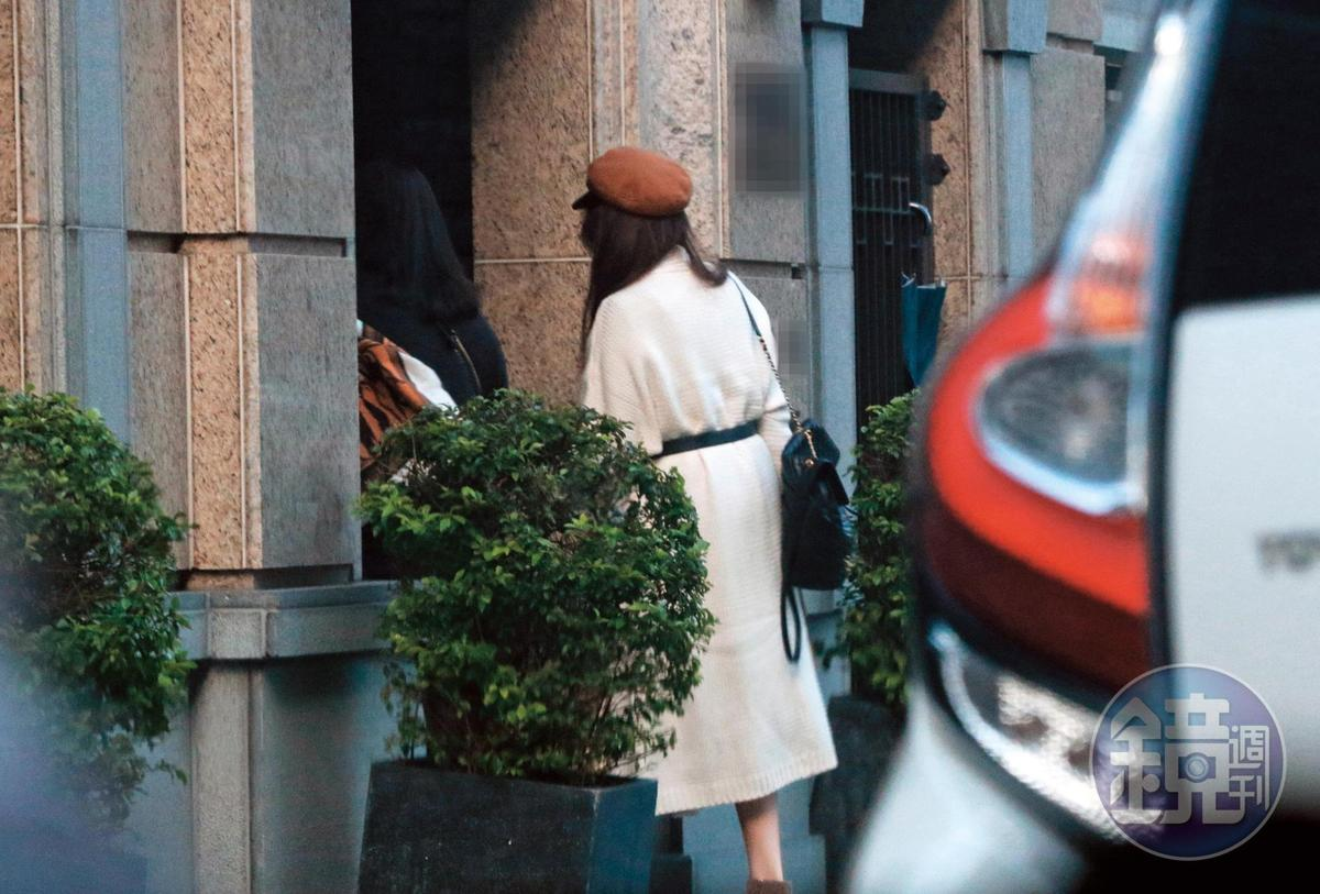 12/11 15:40,許瑋甯跟著助理走進新宅,她跟劉又年聚少離多,一個月見一次面,多半時間自己守著空閨。