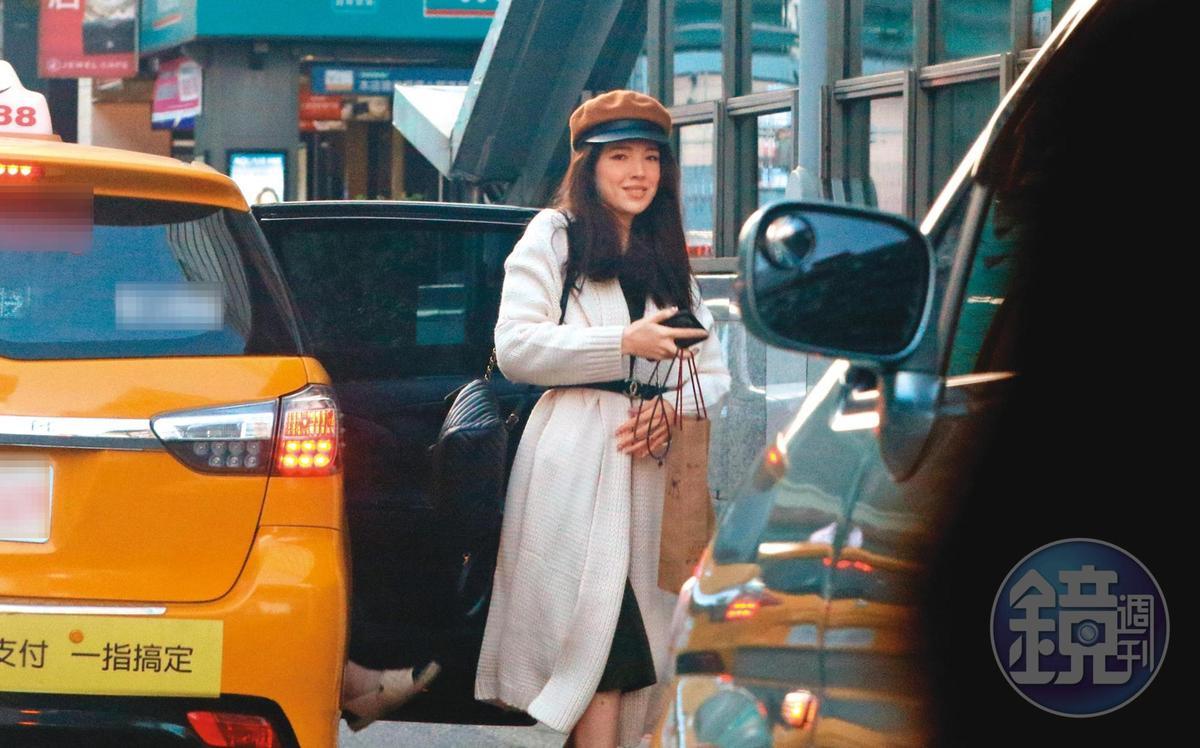15:51,許瑋甯搭計程車去百貨公司,下車時,左手低調的婚戒再一次宣示了她的人妻身分。