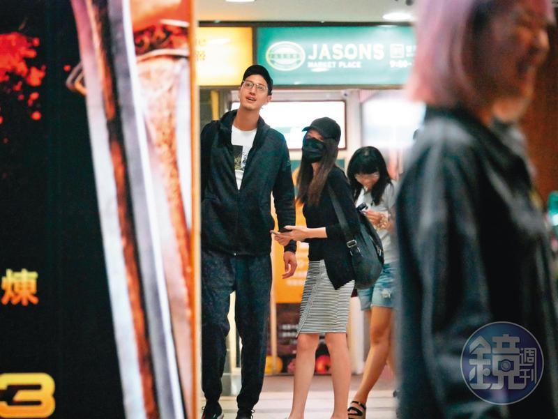 2017年的10月本刊拍到許瑋甯跟劉又年電影約會,戀情曝光;後來2人在影城還情不自禁十指緊扣著彼此。