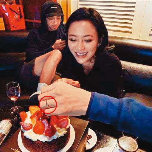 許瑋甯和劉又年戴著同款戒指(紅圈處為劉又年戒指),於是已婚的消息又再瘋傳了一次。(翻攝自許瑋甯IG)