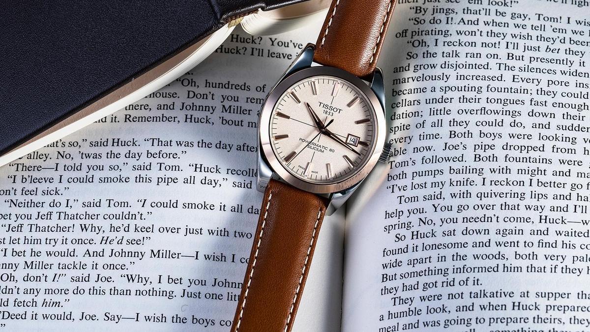 對於想要有點貴金屬質感的入門錶族群來說,天梭Gentleman的玫瑰金錶圈搭不銹鋼版本,提供了一個更成熟典雅的選擇。錶徑40mm、時間及日期指示、自動上鏈機芯、建議售價NT$ 45,200