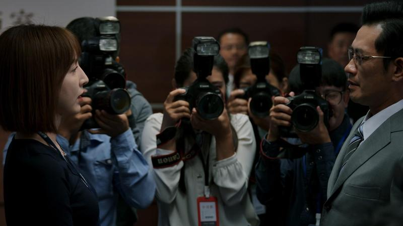 《鏡子森林》原名《文化流氓》,不少內容是出身記者的編劇鄭心媚所見所聞。左為楊瑾華、右為柯叔元。(民視提供)