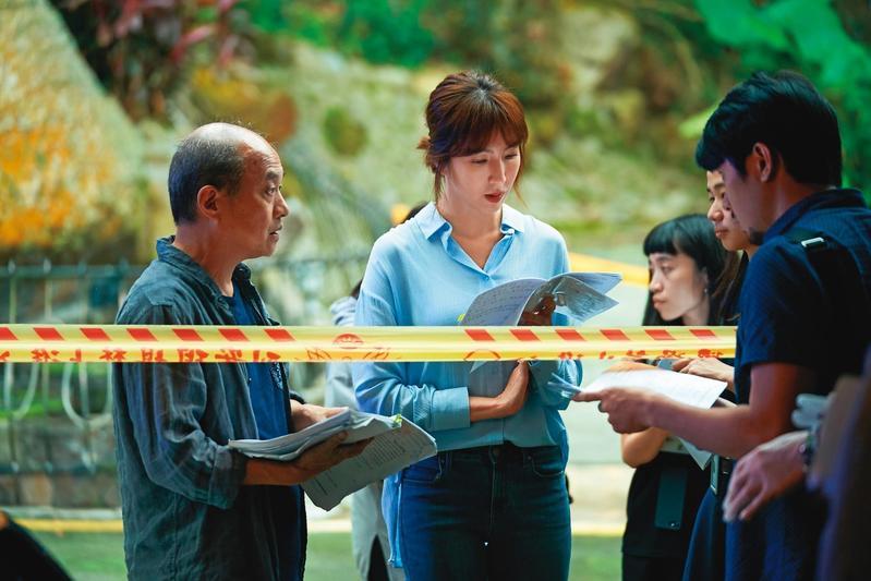 鄭文堂(左)身兼導演及製作人,為《鏡子森林》第一季定調,2、3季交由新銳導演執導。中為楊謹華。(民視提供)