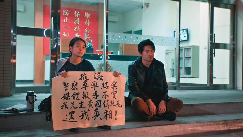 姚淳耀(右)在劇中徘徊在道德與現實的邊界,與入圍金馬獎新導演的陳雪甄(左)有多場對手戲。(民視提供)