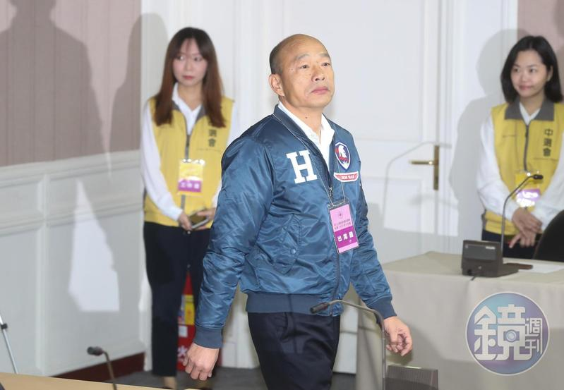 在未進北農之後掀起韓流前,韓國瑜處於失業狀態,曾為投資LED向牌咖王安莉借錢。