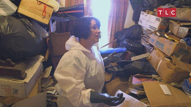 身陷囤積症屋主的清潔專家,正在想辦法把所有雜物清理乾淨。(TLC旅遊生活頻道提供)