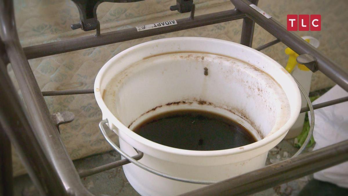 這一桶黑黑的不是墨汁,是英國獨居老奶奶用的尿桶,因為長年沒有人關心她,生活就陷入了一個「自暴自棄」的模式。(TLC旅遊生活頻道提供)