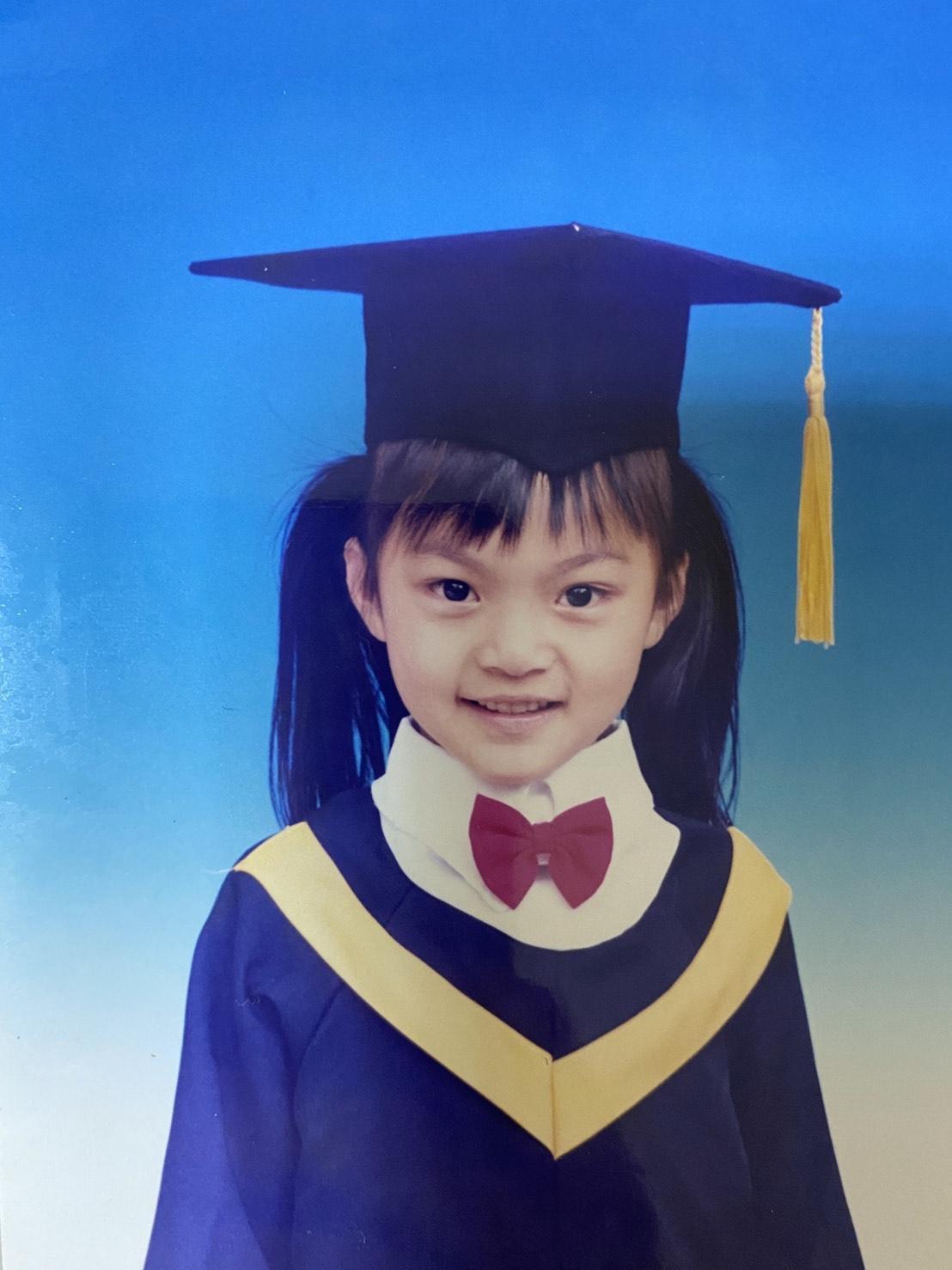 Liya莉婭小時候就是大眼、小臉,長大後五官更為精緻。(Liya莉婭提供)