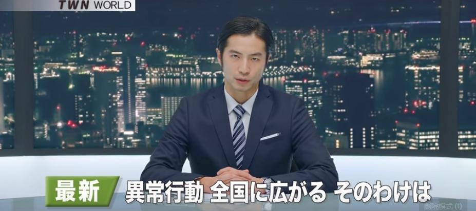 男主播講著流利日文,以最新消息報導「全國各地民眾出現異常行為」,描述日本人流行「台灣症」的症狀。(取自交通部觀光局YouTube頻道)