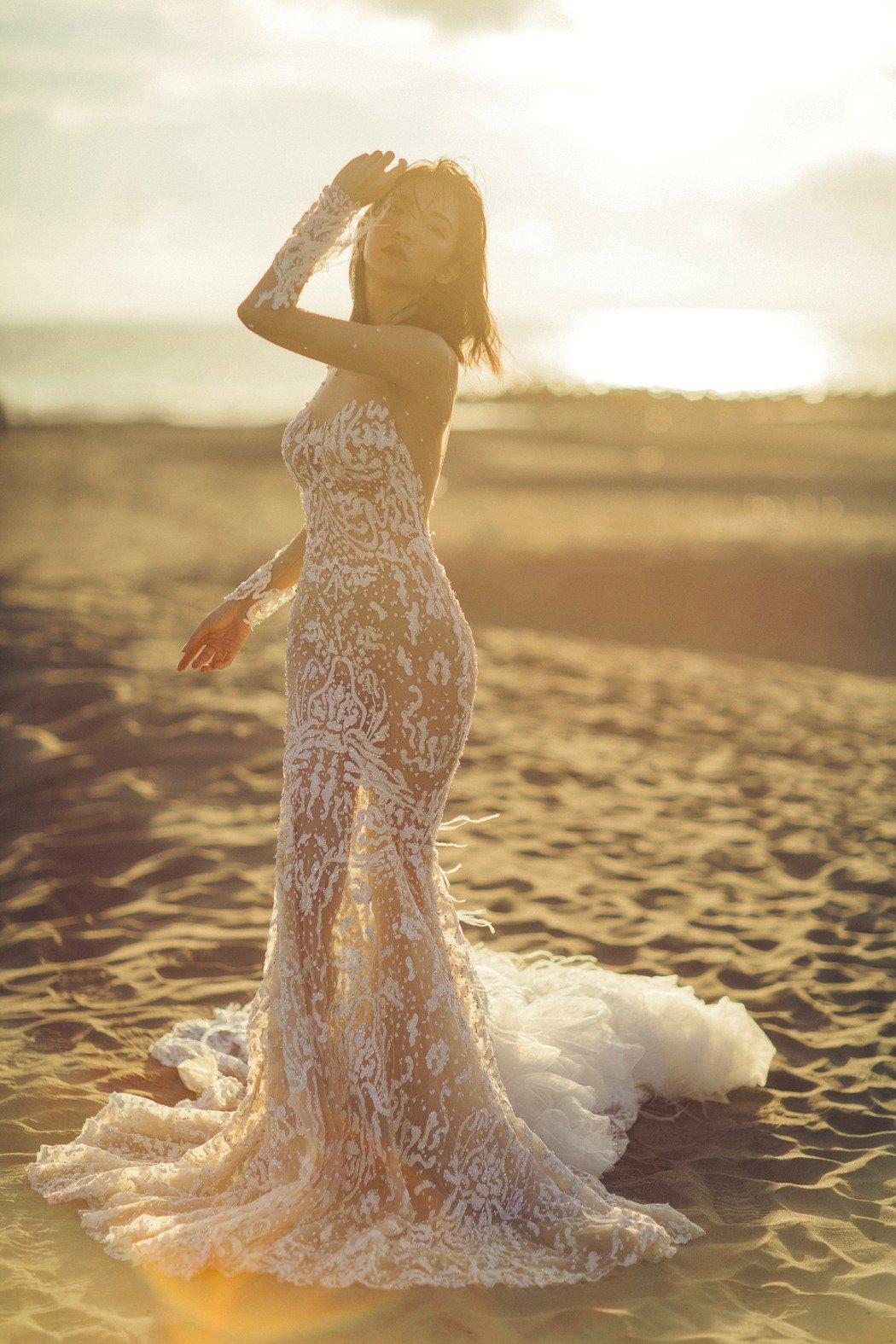 高雋雅性感透視禮服,將好身材表露一覽無遺。(雞與花環照相館提供)