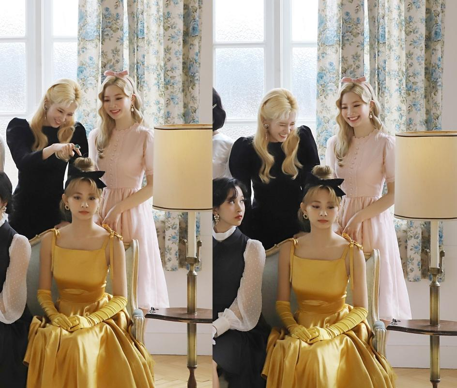 Sana(後右)與多賢(後左)拍照時偷玩子瑜的頭髮。(翻攝naver)