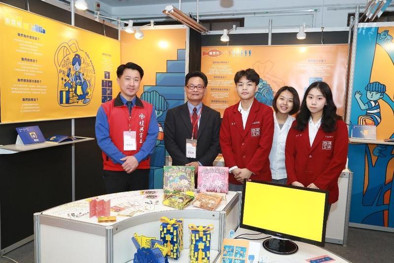 復興商工校長王志誠(左二)與參展學生合影。(復興商工提供)