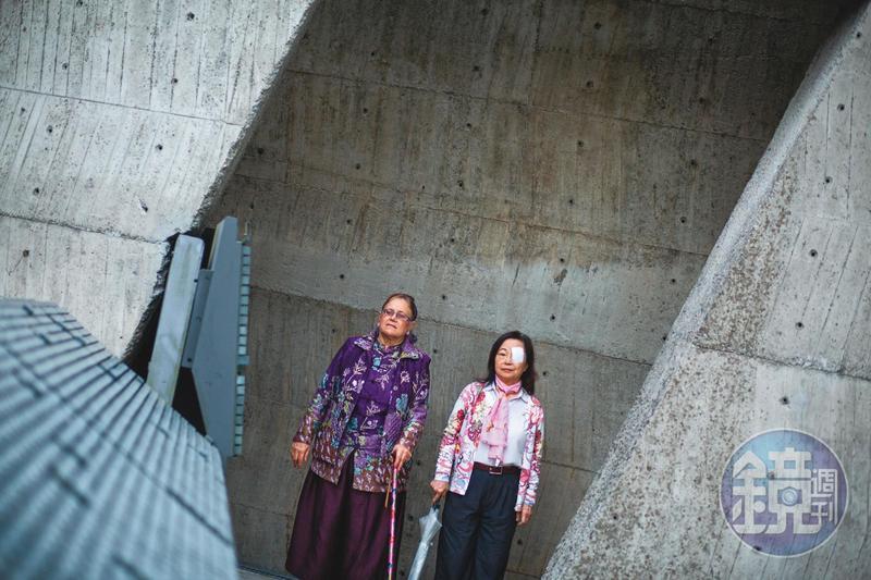 位於景美人權文化園區的人權紀念碑,列有7628位政治受難者姓名,依入獄服刑的年分排列。曾心儀(右)與艾琳達(左)在1979年的碑牌上,分別找到自己的本名「曾台生」,以及前夫「施明德」的名字。
