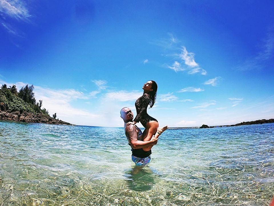 金剛今年工作不如預期,卻不時帶女友梁云菲一起出國玩樂,希望明年會更好。(翻攝自金剛臉書)