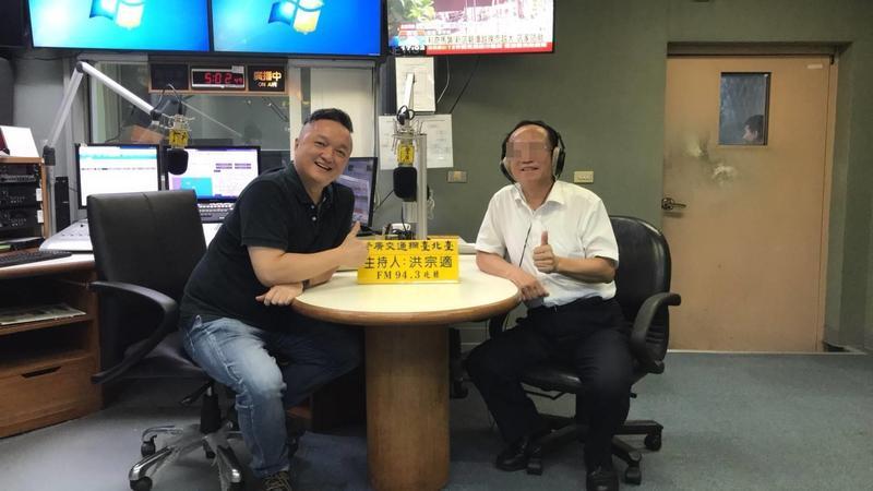 知名警廣主持人「阿國」洪宗適(左)在18日因持有安非他命而被捕。(翻攝警廣臉書)