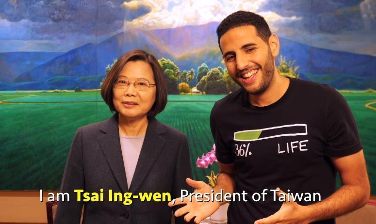 蔡英文現身雅新的影片,介紹自己是台灣首位女總統,更大讚台灣是個自由、民主、開放與令人驚豔的地方。(取自Facebook:Nas Daily)