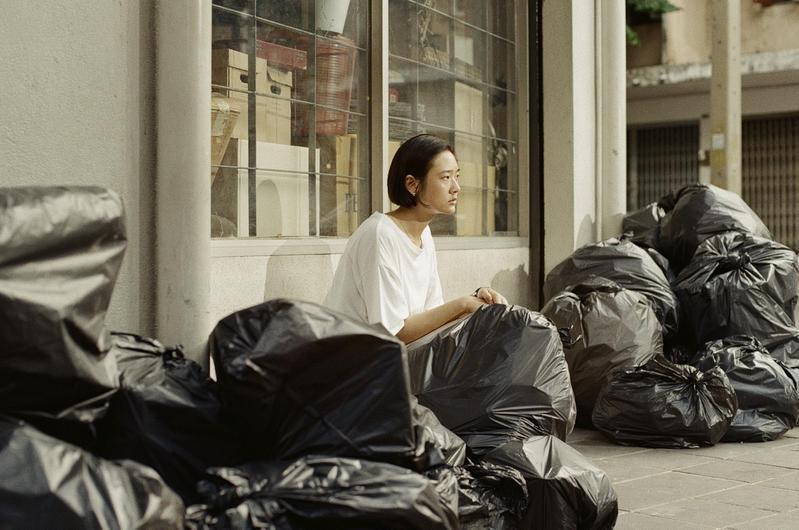 黑色塑膠袋是劇中茱蒂蒙丟東西用的袋子,也成為劇組玩週邊的哏之一。(Catchplay提供)