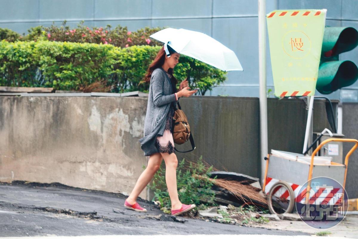 韋汝平日低調,曾被本刊拍到她前往張綱維辦公室,傳她去拿每月15萬元生活費。