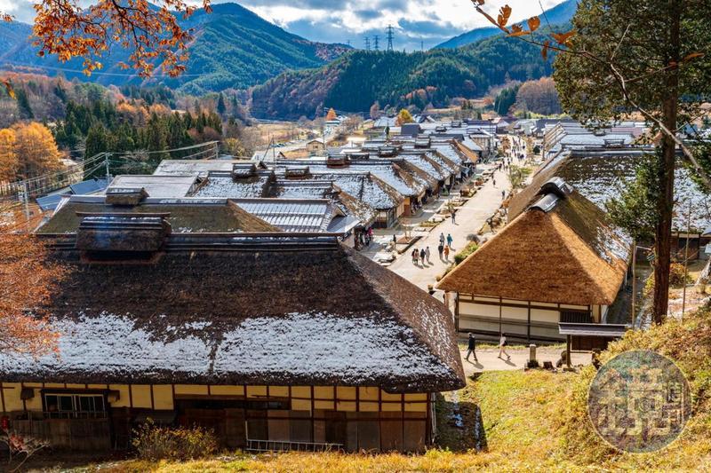 秋冬之交的「大內宿」, 有著紅葉及點點白雪。