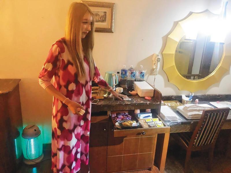 暱稱小K的泰籍變性人因五官深邃、身高近180公分,應召集團特別替她染髮假扮「金絲貓」,提高賣淫價碼。(翻攝畫面)