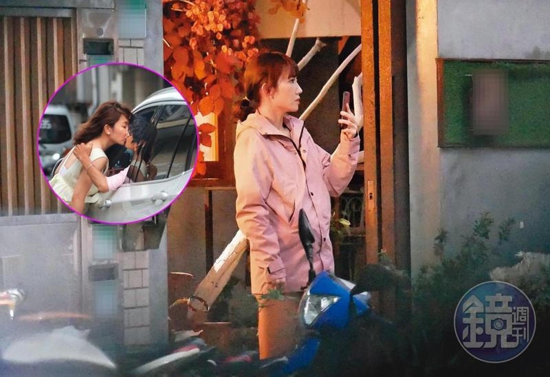 12/18 17:13,謝忻拿著手機站在她和阿翔車吻的花店門口,悵然若失地看著遠方,似乎懷念著什麼。