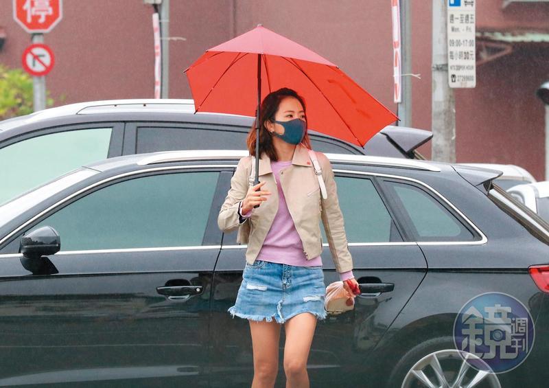 12/18 10:47,謝忻雖然沒工作,但上午就穿著小熱褲出門染髮。
