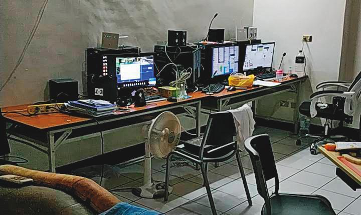 應召集團的機房隱身桃園中壢民宅,包括電腦、手機等犯罪工具都遭檢警查扣。(翻攝畫面)