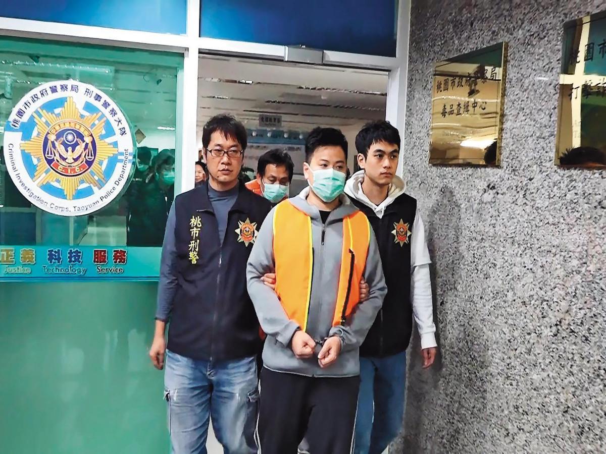 劉吉庭(前中)之前曾因脅迫泰籍女子賣淫被逮,此次重啟爐灶又狼狽落網。(翻攝畫面)