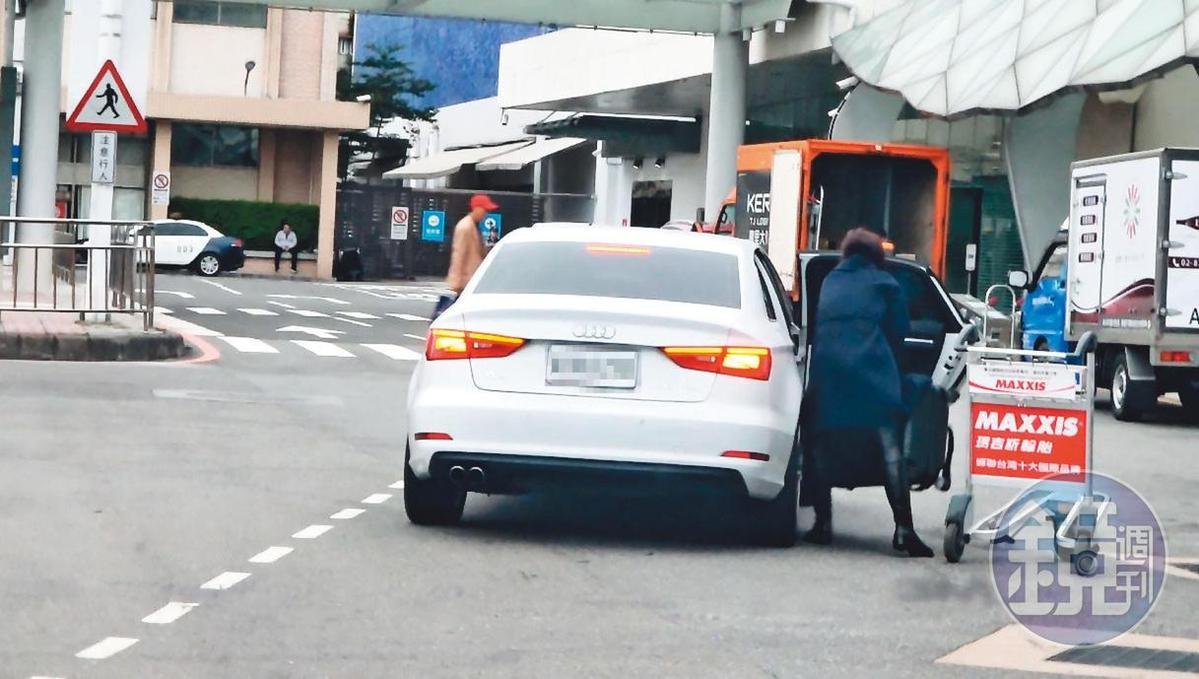 12/1915:50 陳瑞聰離開松山機場後,陳女才被友人用Audi接走。