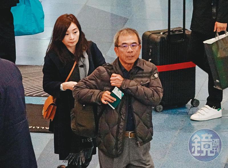 12/19 10:53 美容師跟在陳瑞聰後面,準備從羽田機場搭機返台。