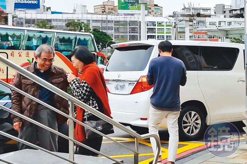 12/19 15:46 陳瑞聰偕美容師一前一後入境,和不知情來接機的太太相視而笑。
