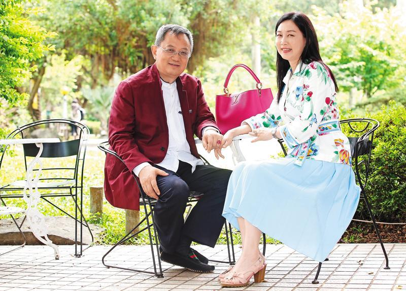 李建軍(左)與台灣妻子杜雯(右)結婚20多年,今年以兩岸連線方式在台合開節目。(聯合知識庫)
