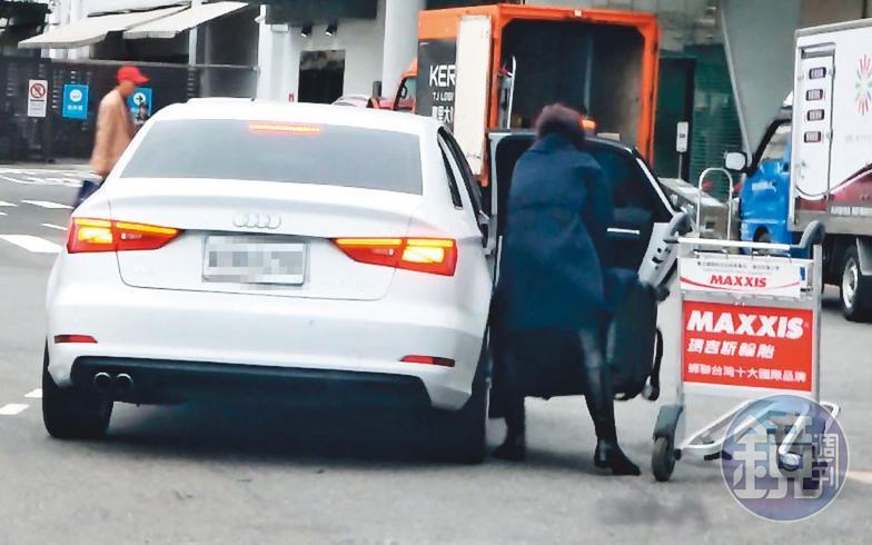 12/19 15:50 陳瑞聰離開松山機場後,陳女才被友人用Audi接走。