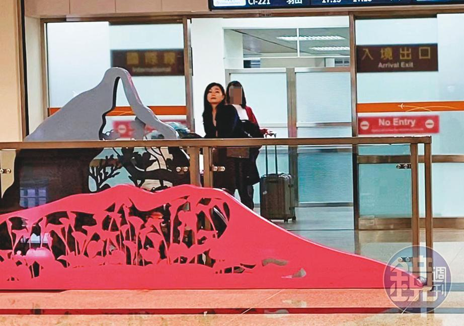 12/19 15:48 回到松山機場後,陳女自己1人入境。