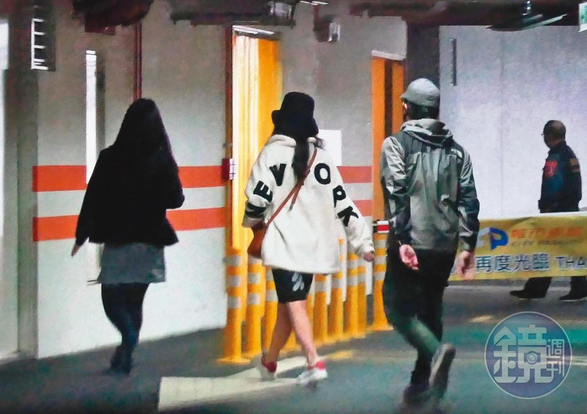 12月21日的早上11點左右,傳說雪碧入住的月子中心,有一打扮詭異的口罩男和一名蓋頭蓋臉的口罩女子突然現身。